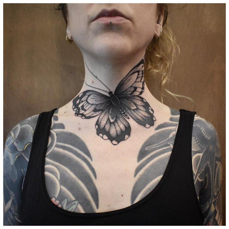 Didelis drugelis - tatuiruotė ant mergaitės kaklo