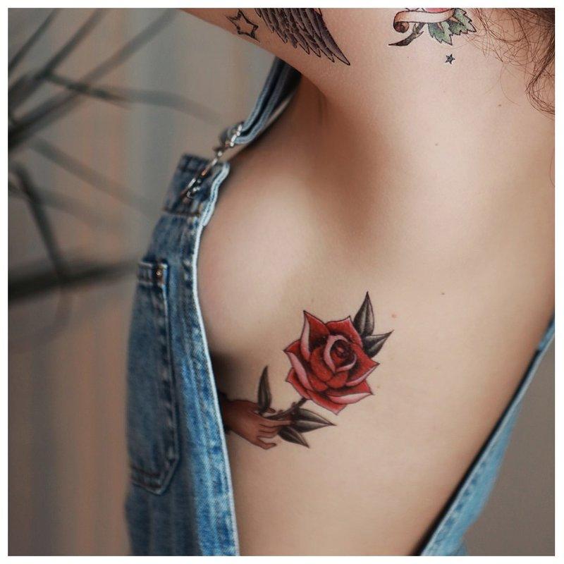 Rožių tatuiruotė po krūtimi