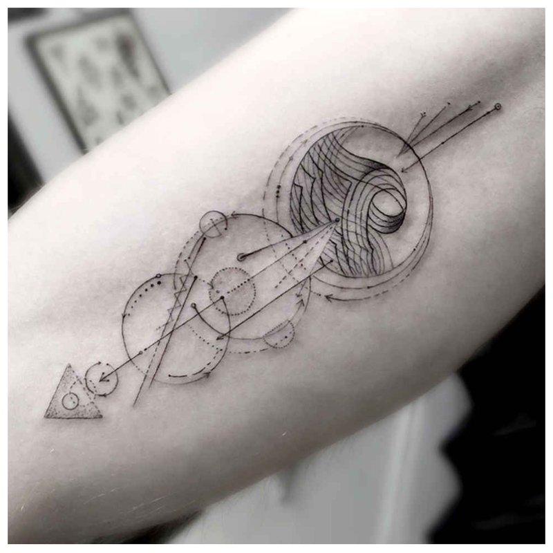 Graži tatuiruotė su sąrama ir apdaila