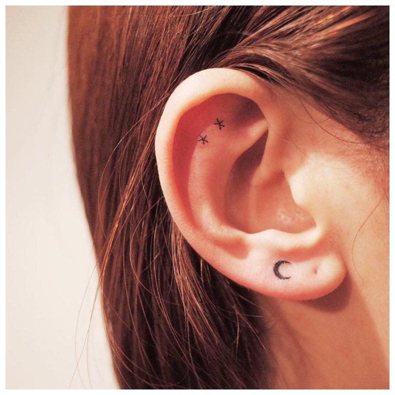 Tatuiruotė ant ausies ir skilties
