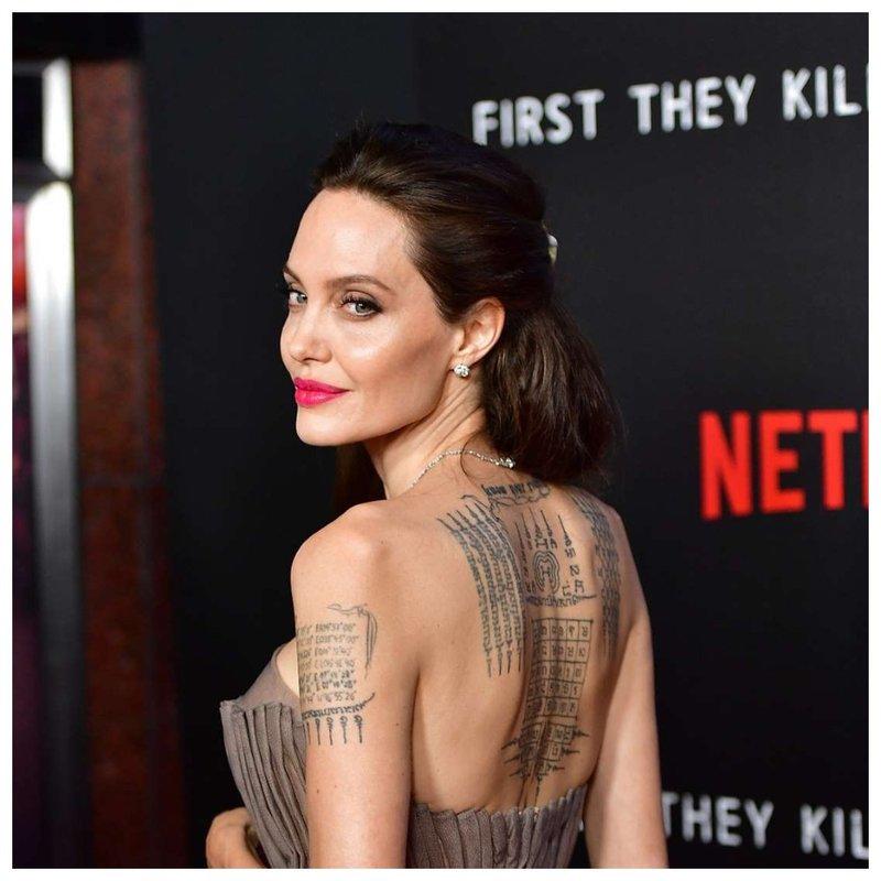 Angelina Jolie kaklo tatuiruotė