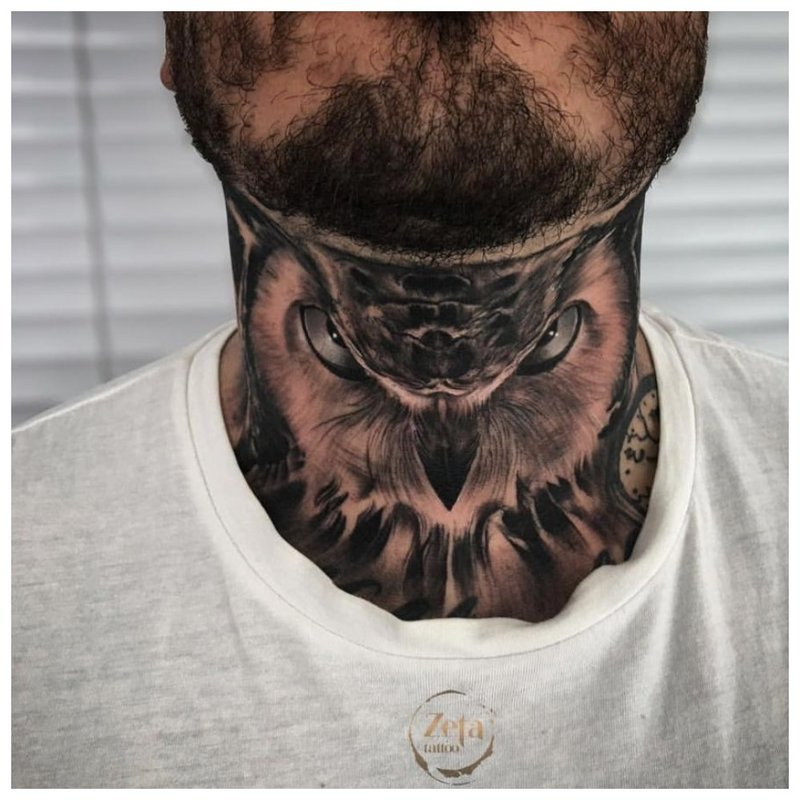Pelėda ant vyro kaklo