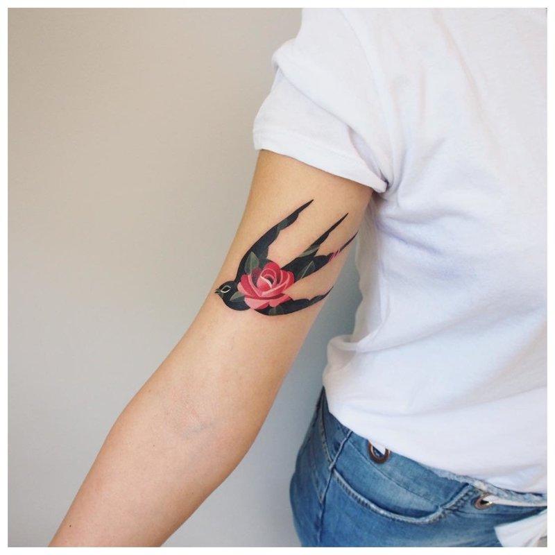 Akvarelės tatuiruotė kregždės ant rankos