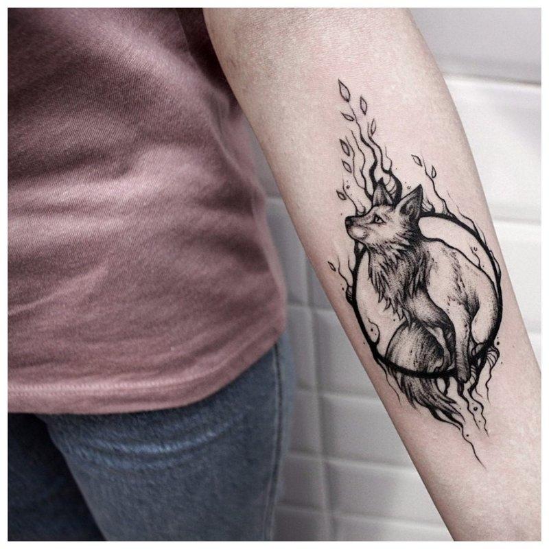 Įdomi dilbio tatuiruotė