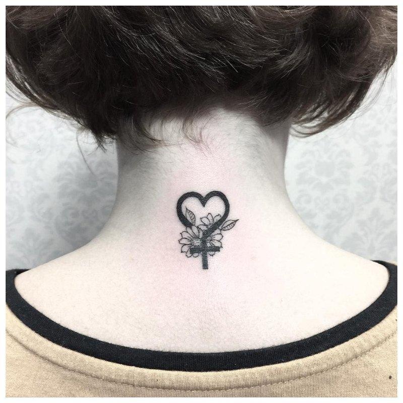 Subtili tatuiruotė ant kaklo