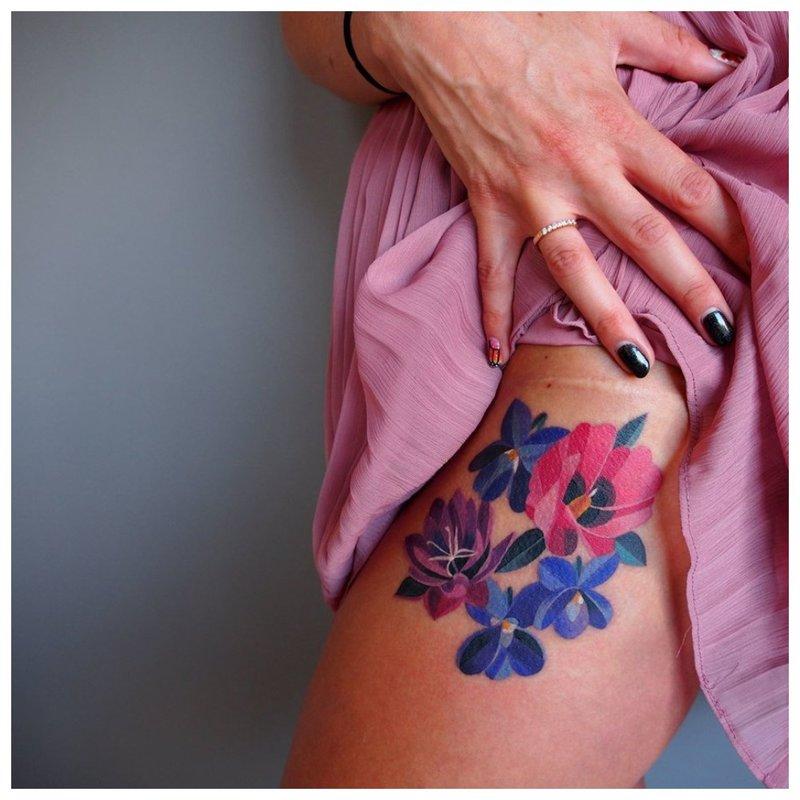 Akvarelės gėlių tatuiruotė ant klubo