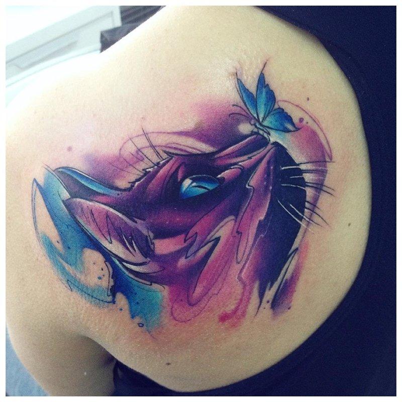 Akvarelės tatuiruotė su kate ir drugeliu