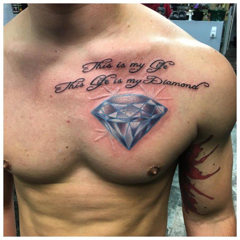 Mooie tatoeage in de vorm van een inscriptie op de borst van een man