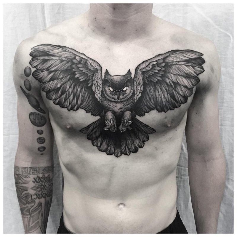 Vogel - tattoo op de borst van een man