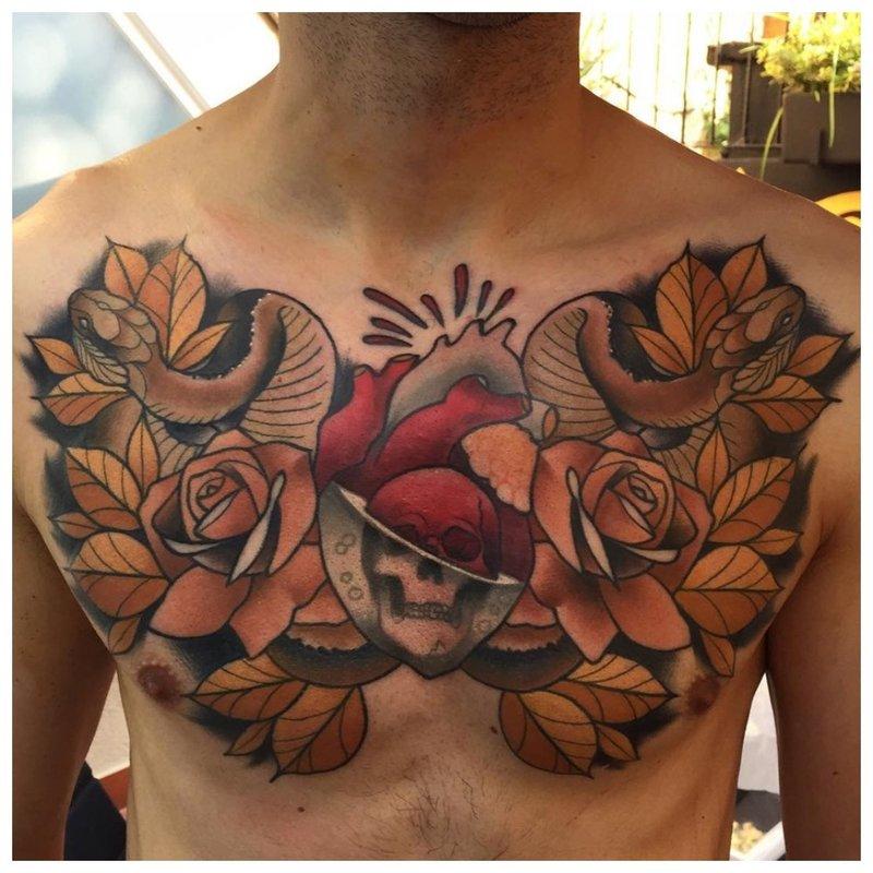 Heldere bloemen - tatoeage op de borst van een man