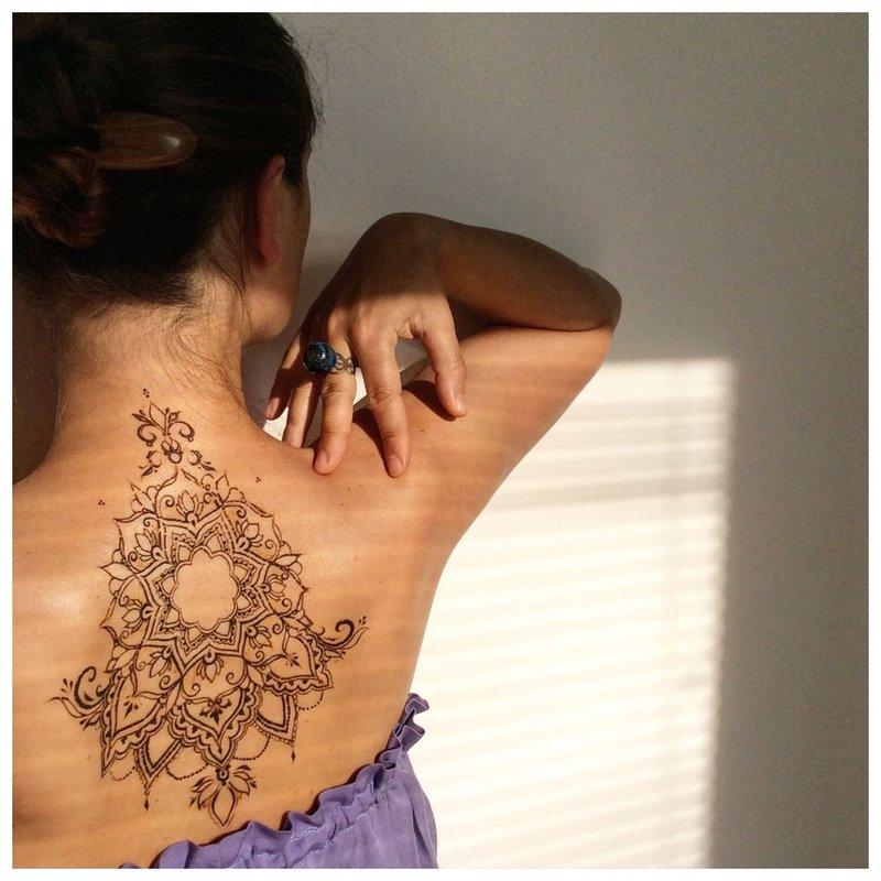 Neįprasta mehendi tatuiruotė ant nugaros