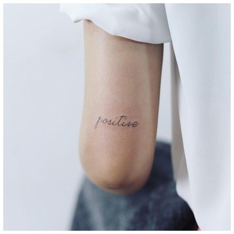 Mini tatuiruotės užrašas Teigiamas