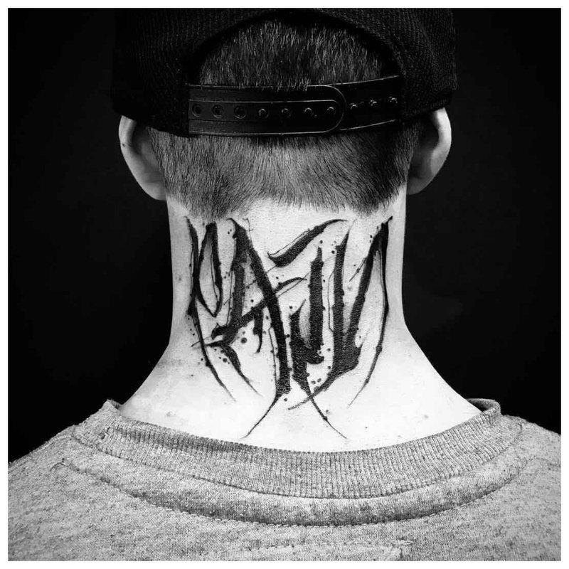 Didelis užrašas - tatuiruotė ant vyro kaklo