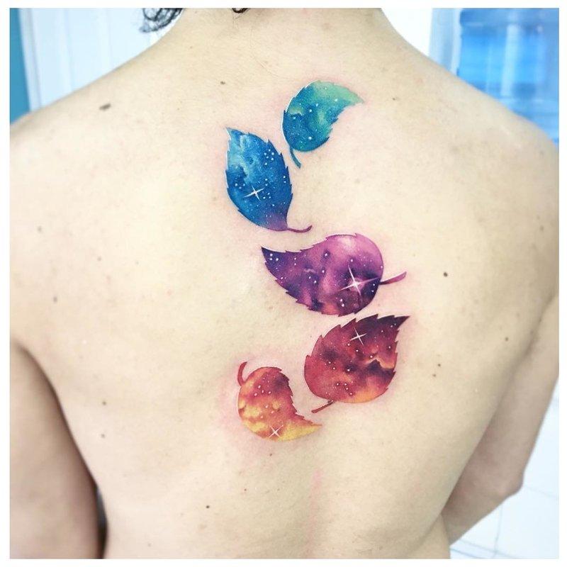 Akvarelės tatuiruotė ant nugaros Plunksnos