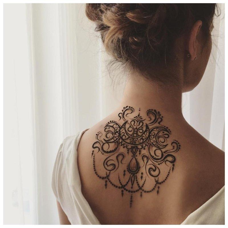 Mehendi tatuiruotė ant nugaros