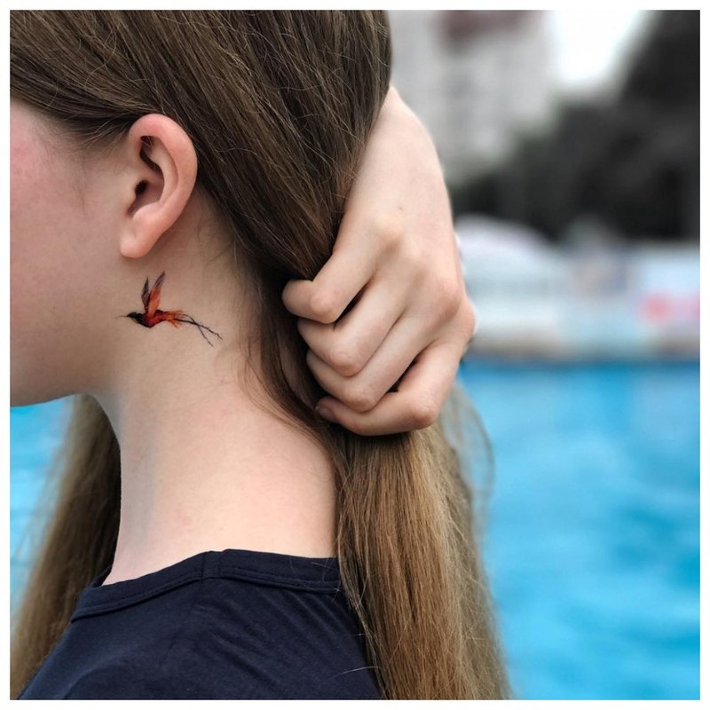 Tatuiruotė ant kaklo už ausies