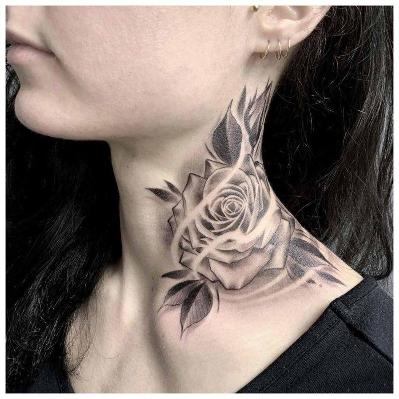 Originali tatuiruotė ant mergaitės kaklo