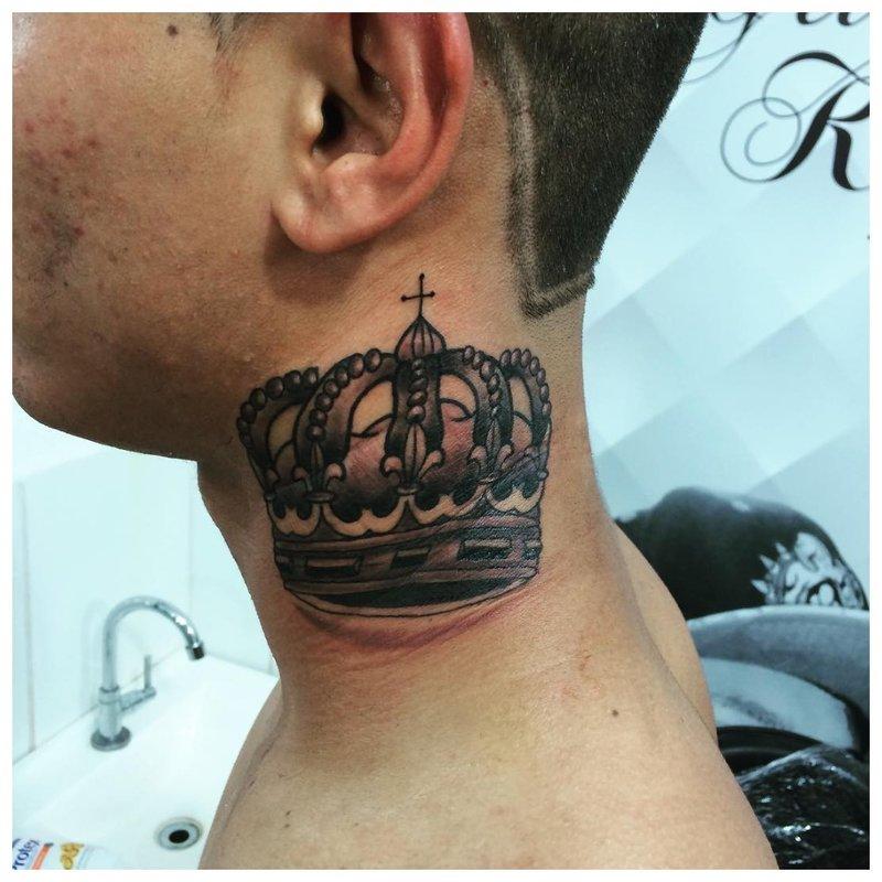 Karūna - tatuiruotė ant vyro kaklo