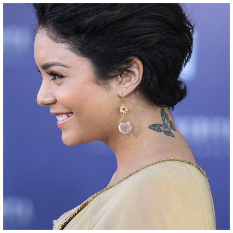 Drugelio tatuiruotė ant mergaitės kaklo