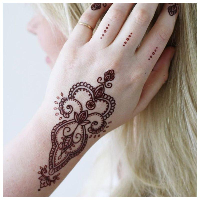 Mehendi tatuiruotė ant rankos