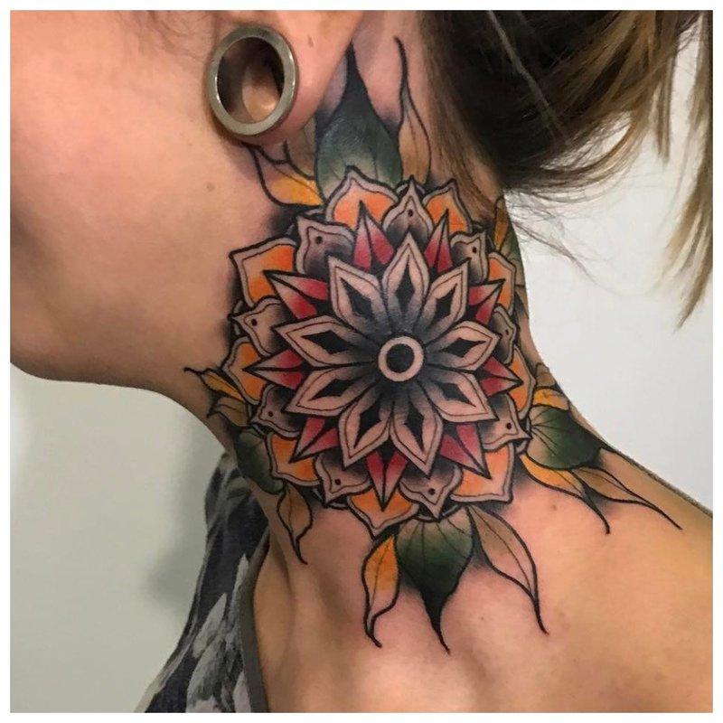 Tatuiruotė ant visos mergaitės kaklo