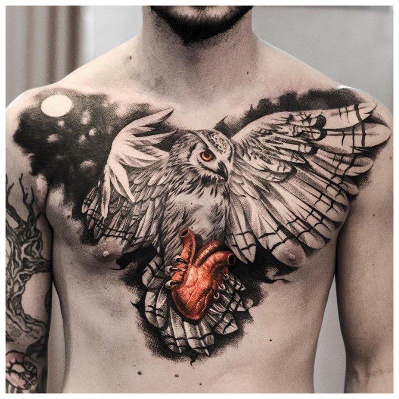 Heldere tatoeage op de borst van een man