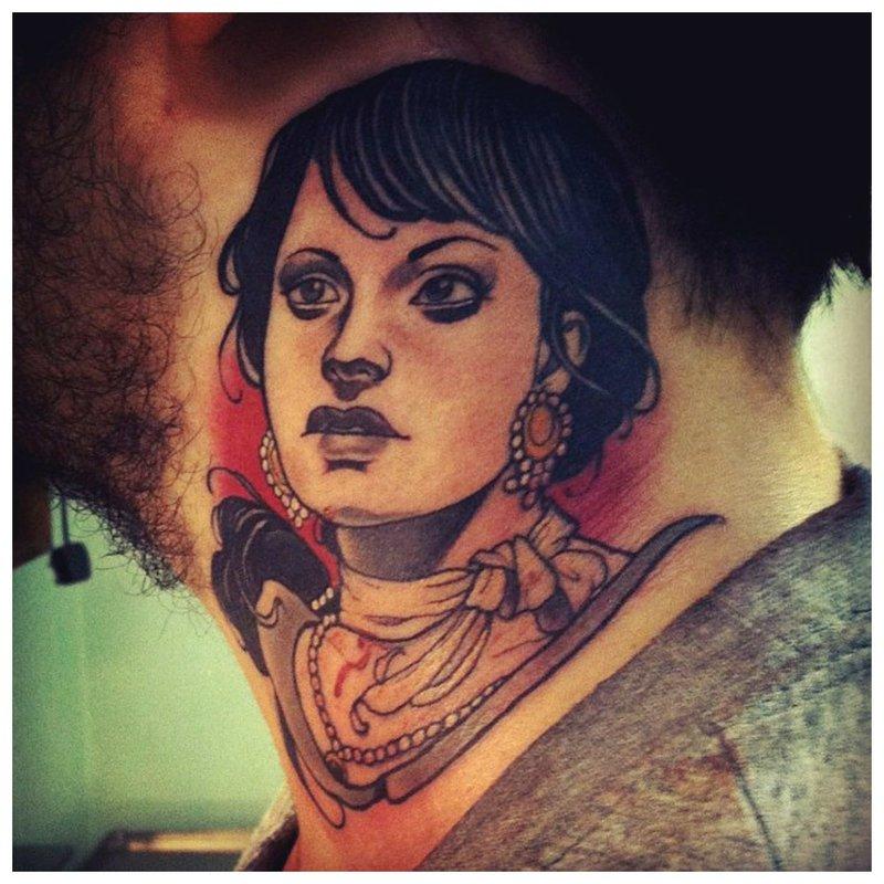Tatuiruotės portretas ant merginos kaklo