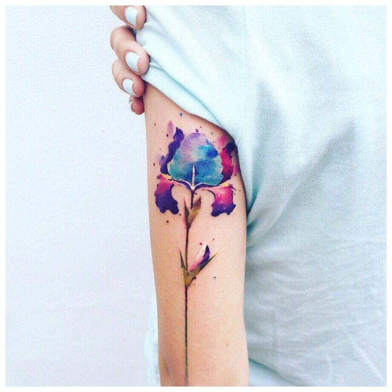 Akvarelės gėlių tatuiruotė