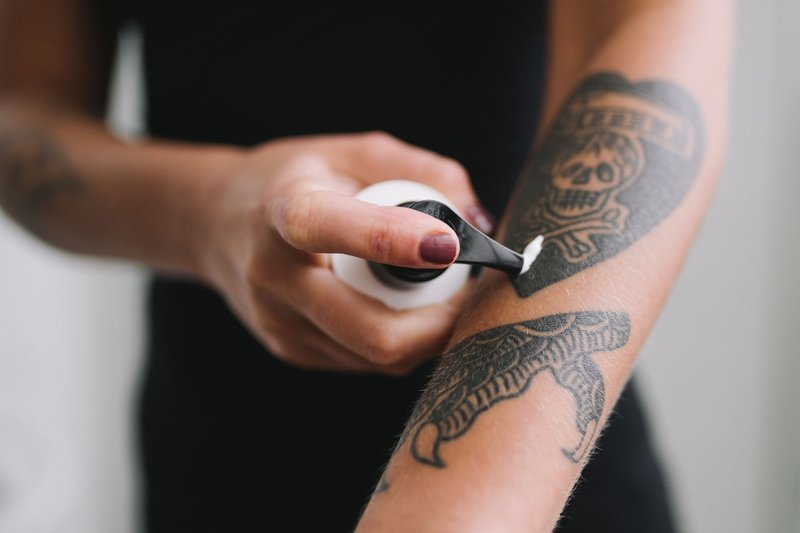 Zalf op een tatoeage aanbrengen