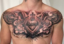 Tatouage sur la poitrine d'un homme