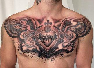 Tatoeage op de borst van een man